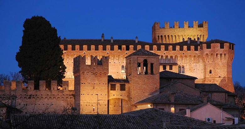 https://residencehotelmajestic.it/wp-content/uploads/2018/01/Castello-780x411.jpg